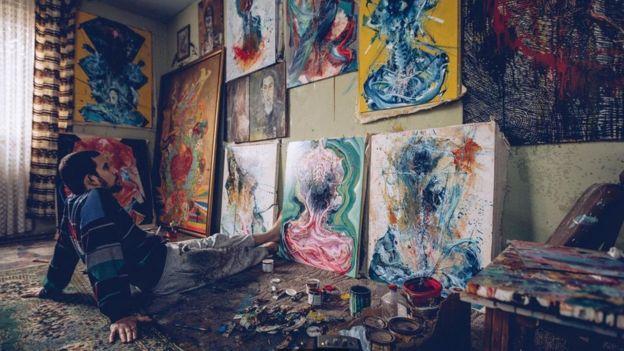 Homem sozinho com obras de arte