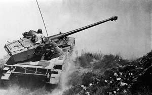 Tanque atravessando a península do Sinai