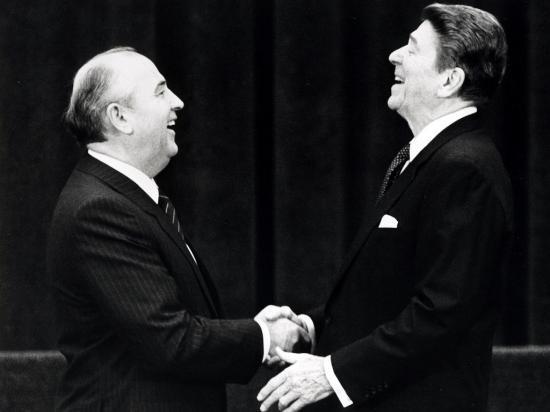 Apertos de mão famosos: em 1985, o passo simbólico de Mikhail Gorbachov e Ronald Reagan para o fim da Guerra Fria
