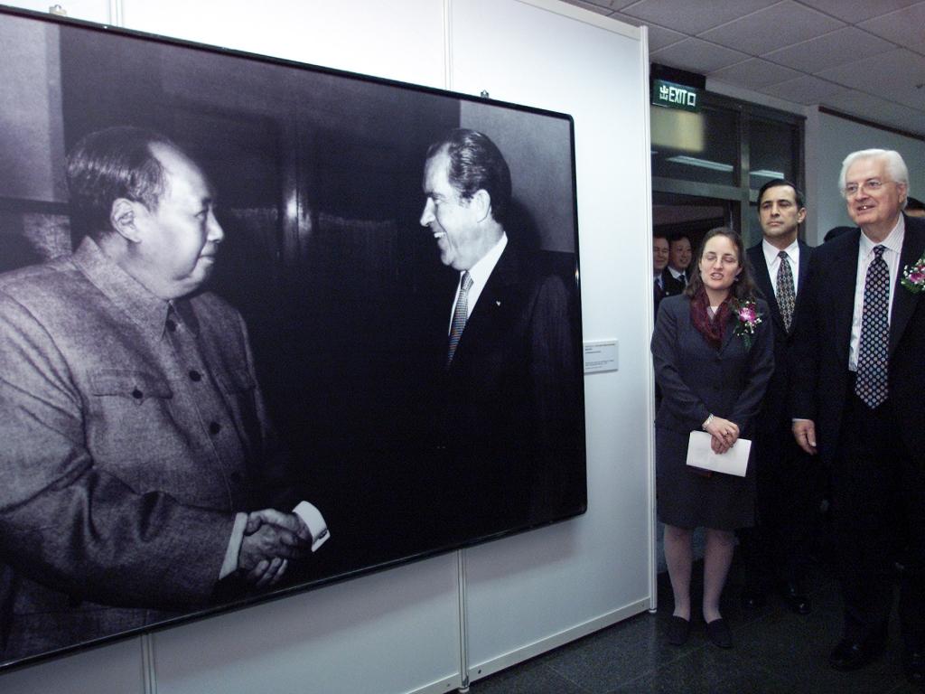 Apertos de mão famosos: exposição assinala o cumprimento entre Mao Tsé-Tung e Richard Nixon, numa visita surpreendente do conservador presidente norte-americano à China em 1972